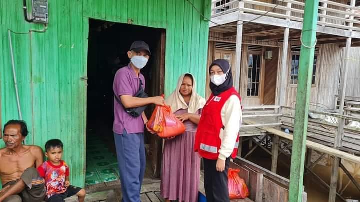 PMI Palangka Raya saat menyerahkan paket sembako untuk warga Flamboyan bawah yang terdampak banjir