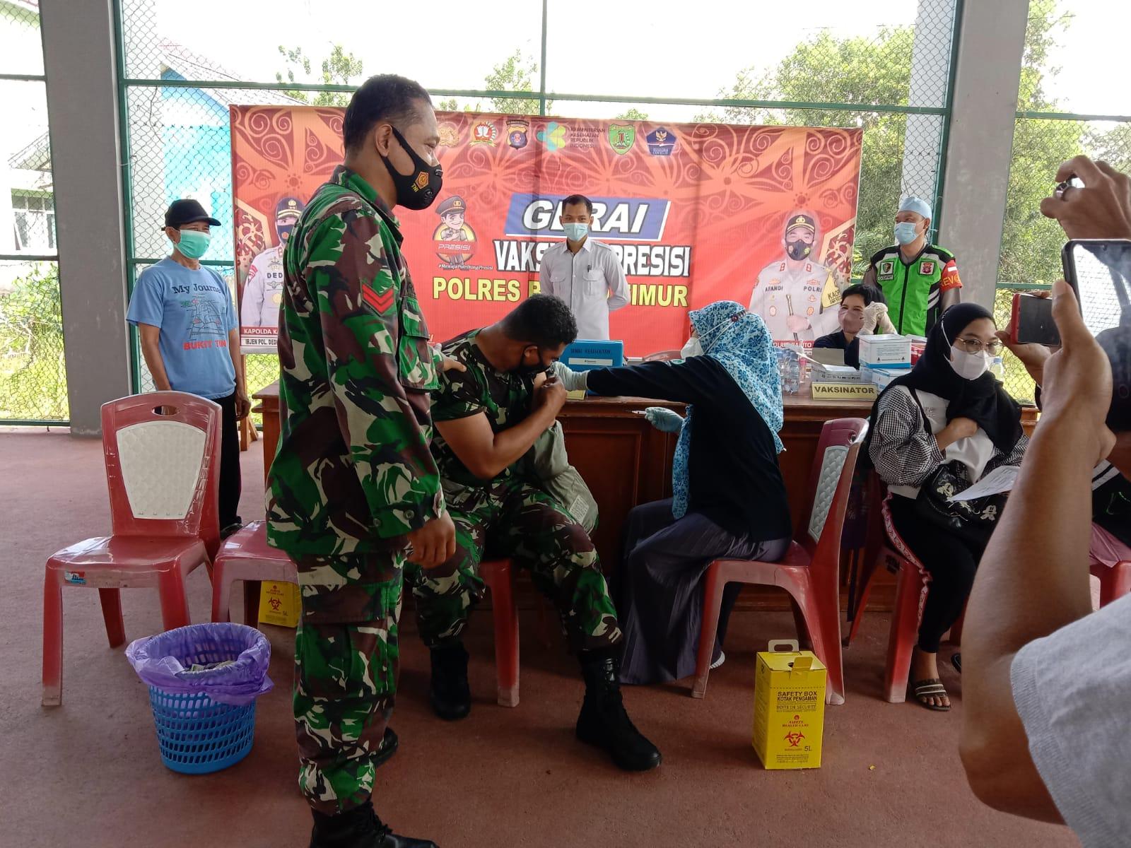 Pelaksanaan vaksin yang dilakukan Gerai Vaksin Presisi Polres Barito Timur di Lapangan Tenis Indoor Tamiang Layang
