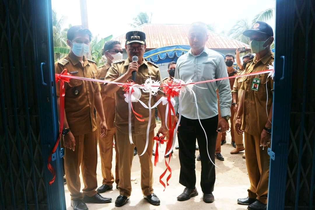 Bupati Seruyan Yulhaidir saat meresmikan Gedung TPS 3R (Reduce, Reuse, Recycle) bertempat di Jl. Rukun Gg. H. Open Desa Sungai Undang Senin (11/10/2021)